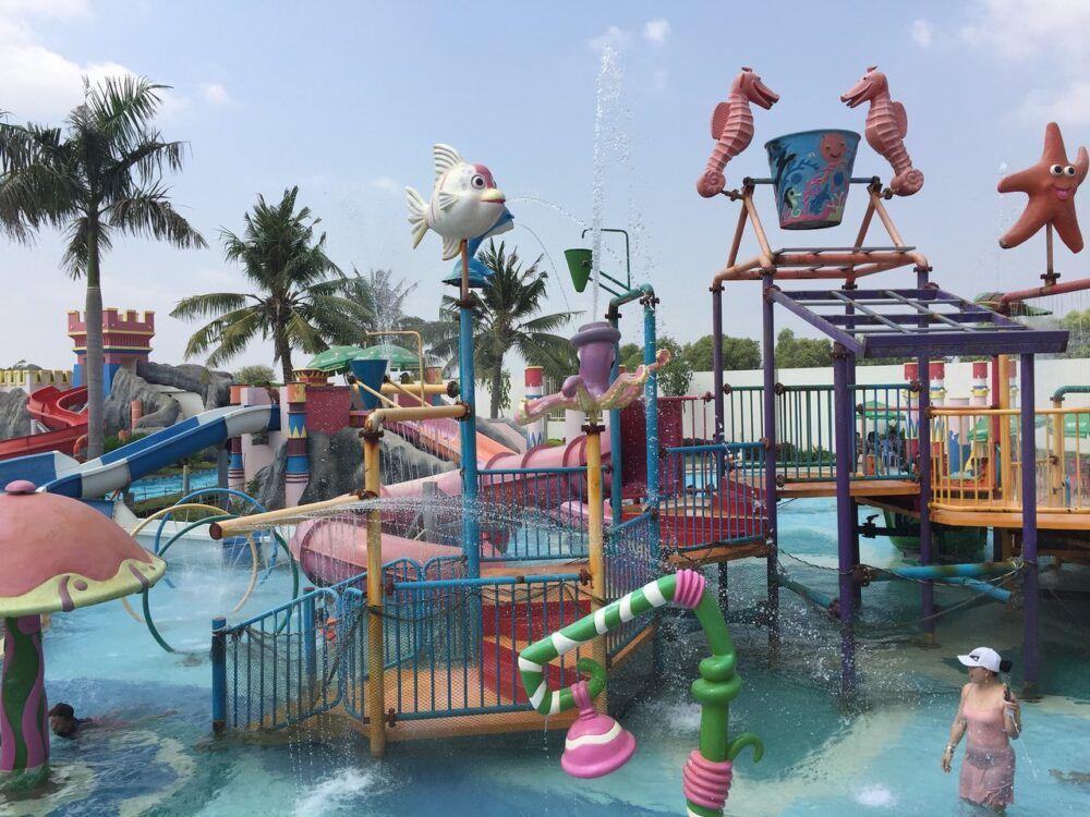 Jouer dans un parc aquatique