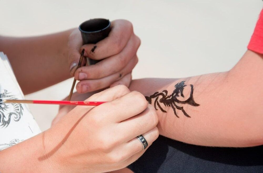 Éviter les tatouages au henné noir