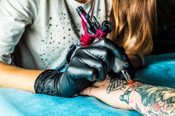 Évitez les salons de tatouage superficiels