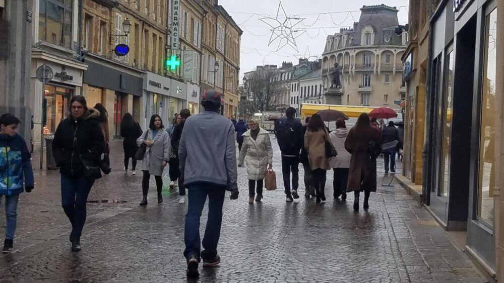 Magasiner une rue piétonne le week-end