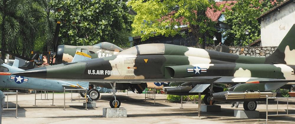 Outils de guerre à l'extérieur du Musée des vestiges de guerre