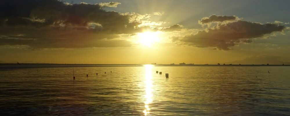 Regarder un coucher de soleil dans la baie de Manille