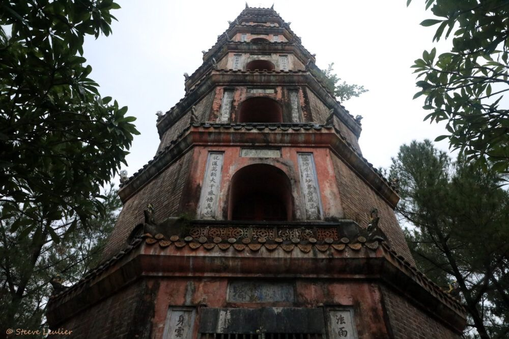 Salle du sanctuaire de la pagode Thien Mu