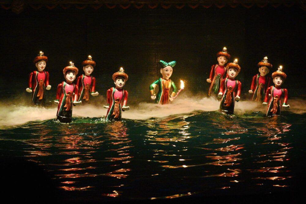 Un spectacle de marionnettes d'eau vietnamien typique